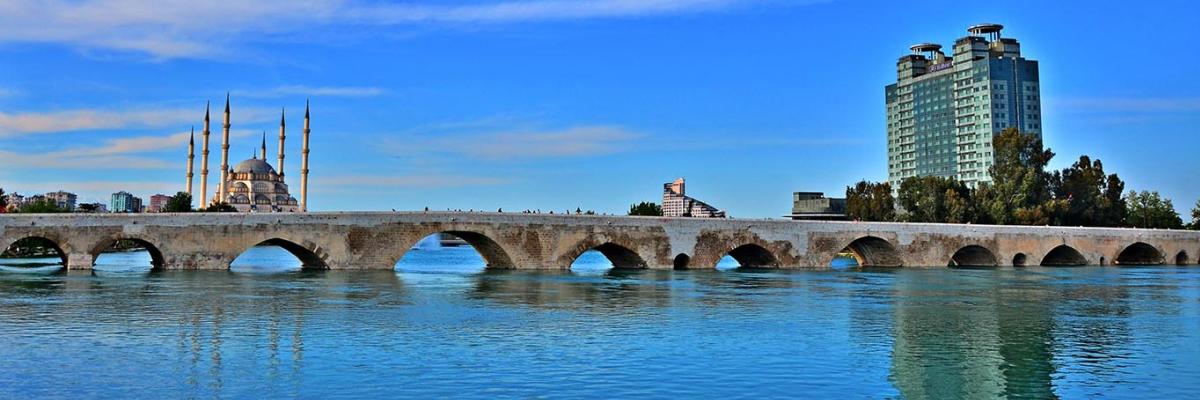 Adana Taşköprü Duvaryazıları Temizleniyor