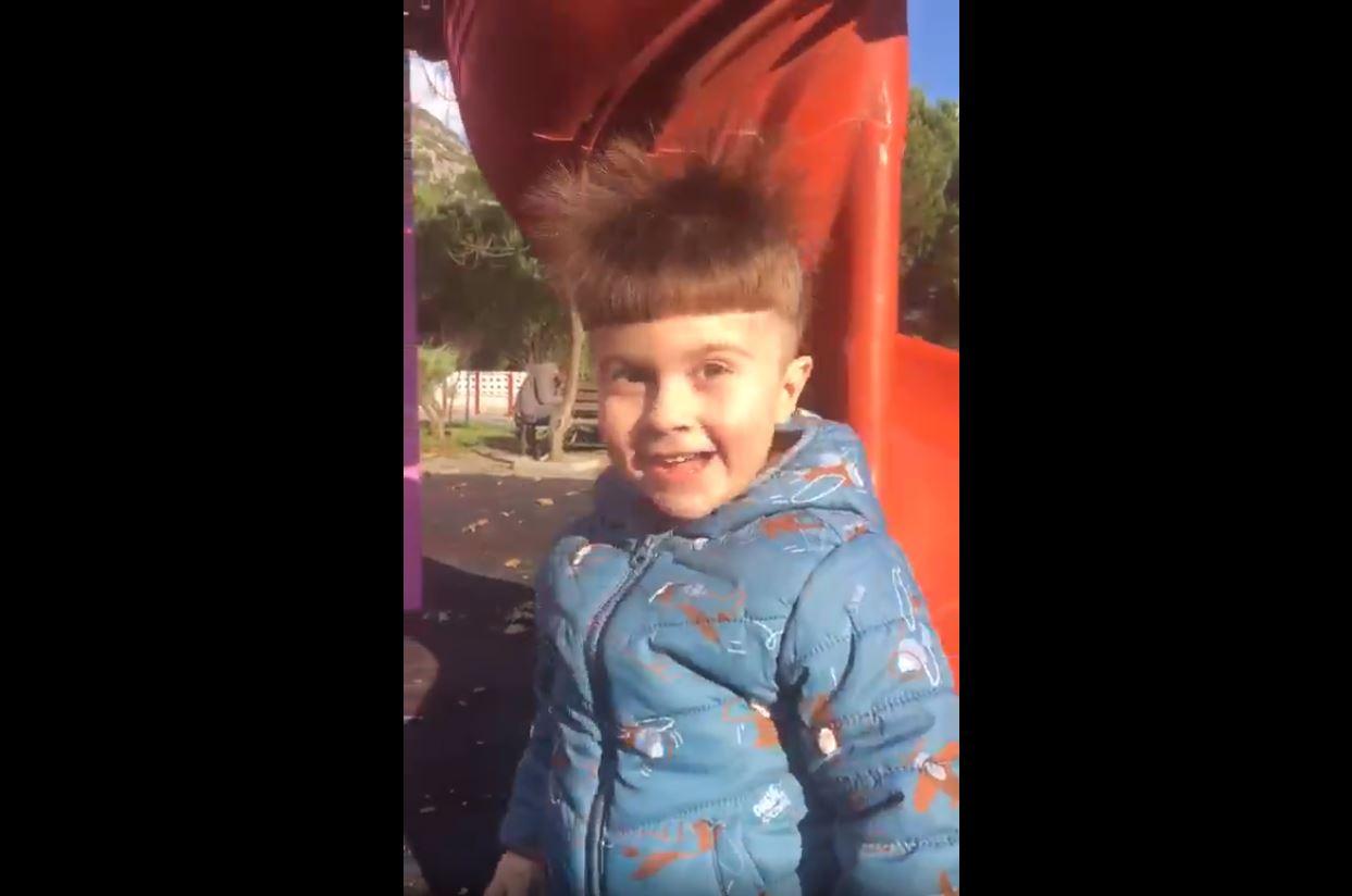 Parkta Statik Elektrik Üreten Çocuk
