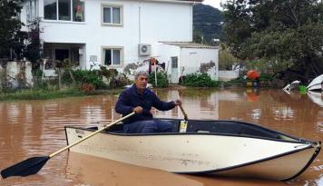 Datça'da Sel Nedeniyle Evine Kayıkla Gidiyor