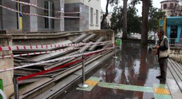 Antakya PTT Binasının Merdivenleri Çöktü