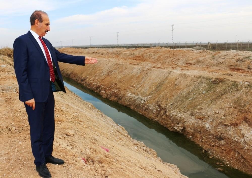 Akçakale'de Bataklık Halindeki Mahallede Tahliye Kanalı Açıldı