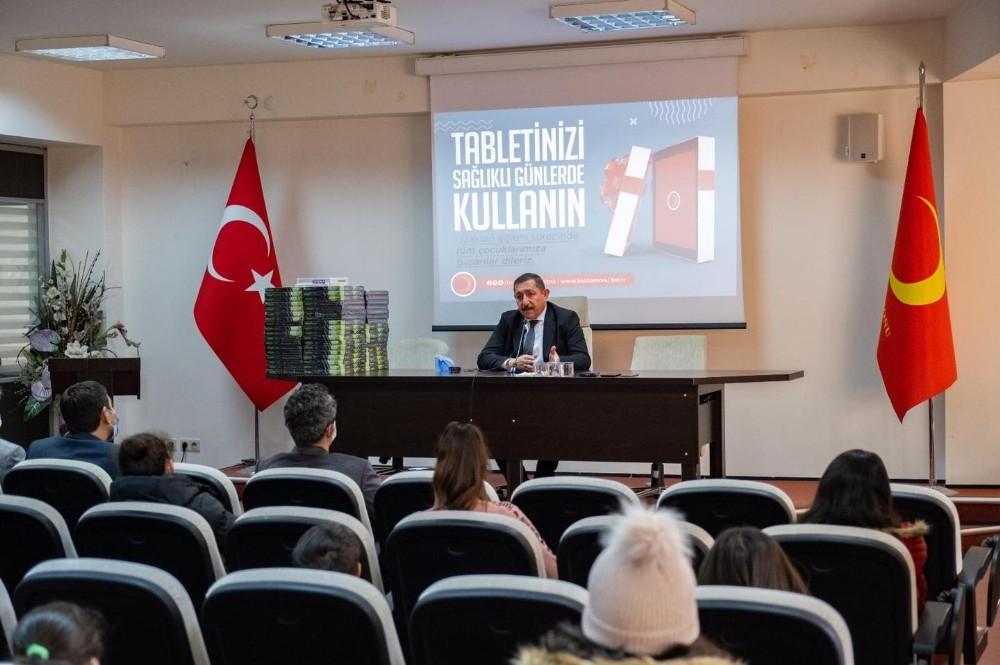 Başkan Vidinlioğlu Öğrencilere 100 Tablet Hediye Etti