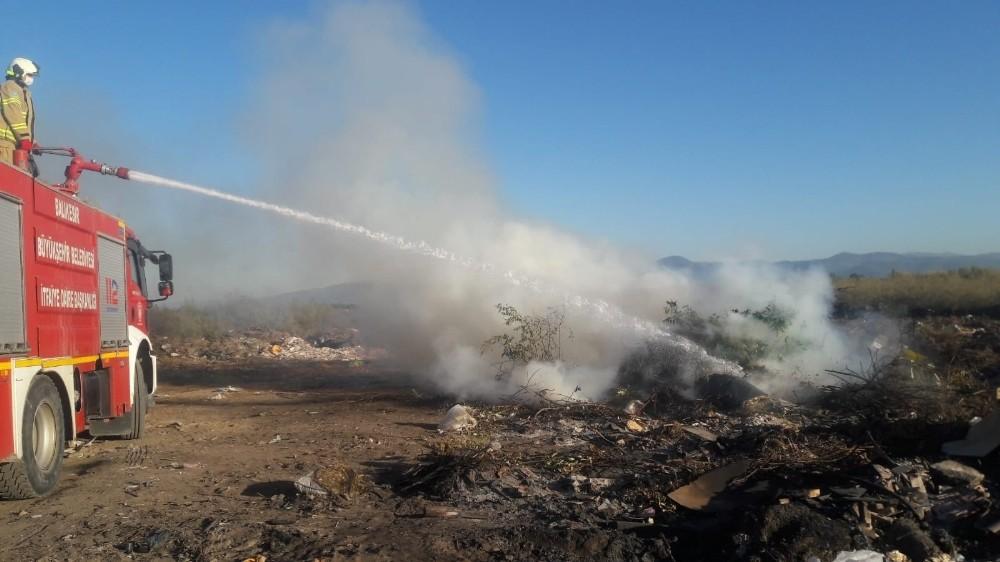 Burhaniye'de yazlık sitedeki çöplük yangını söndürüldü