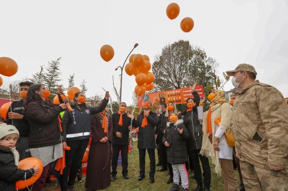 İpekyolu'nda gökyüzüne turuncu balonlar bırakıldı