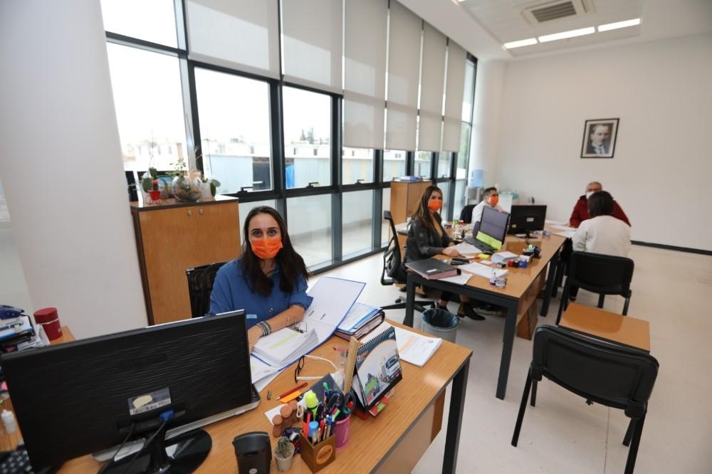 Mezitli Belediyesi çalışanlarından şiddete karşı turuncu maske