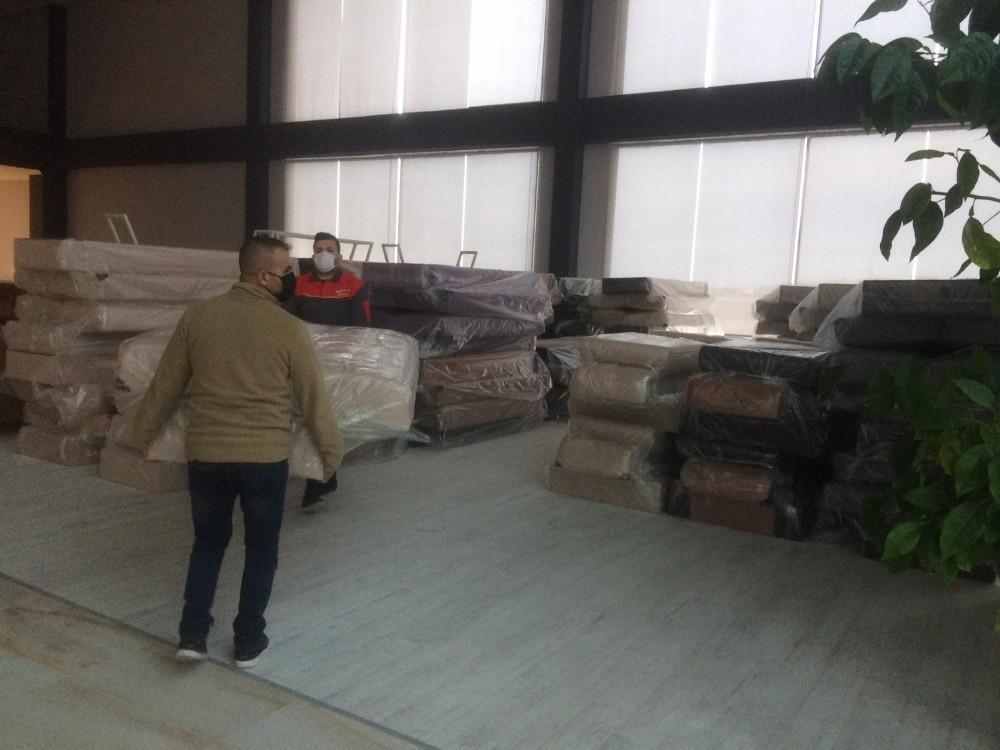Nevşehir'de bir hayırsever, depremzede vatandaşlar için 100 adet kanepe bağışladı