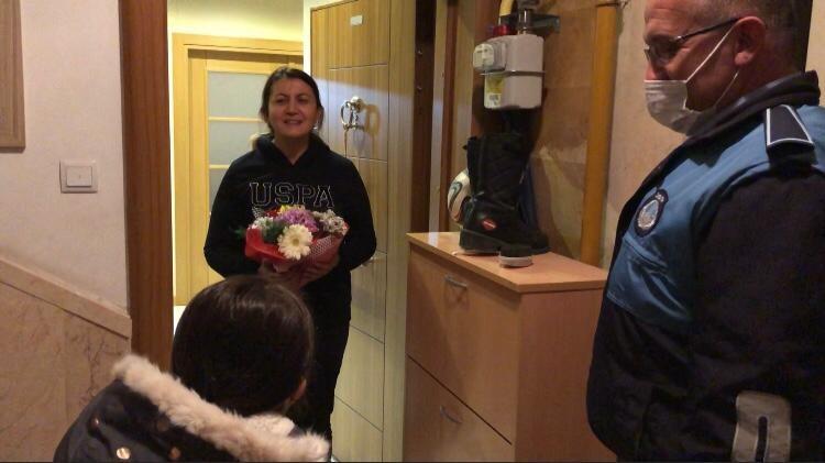 Nisan Nur'un Öğretmenine Çiçek Vermesine Zabıta Yardım Etti