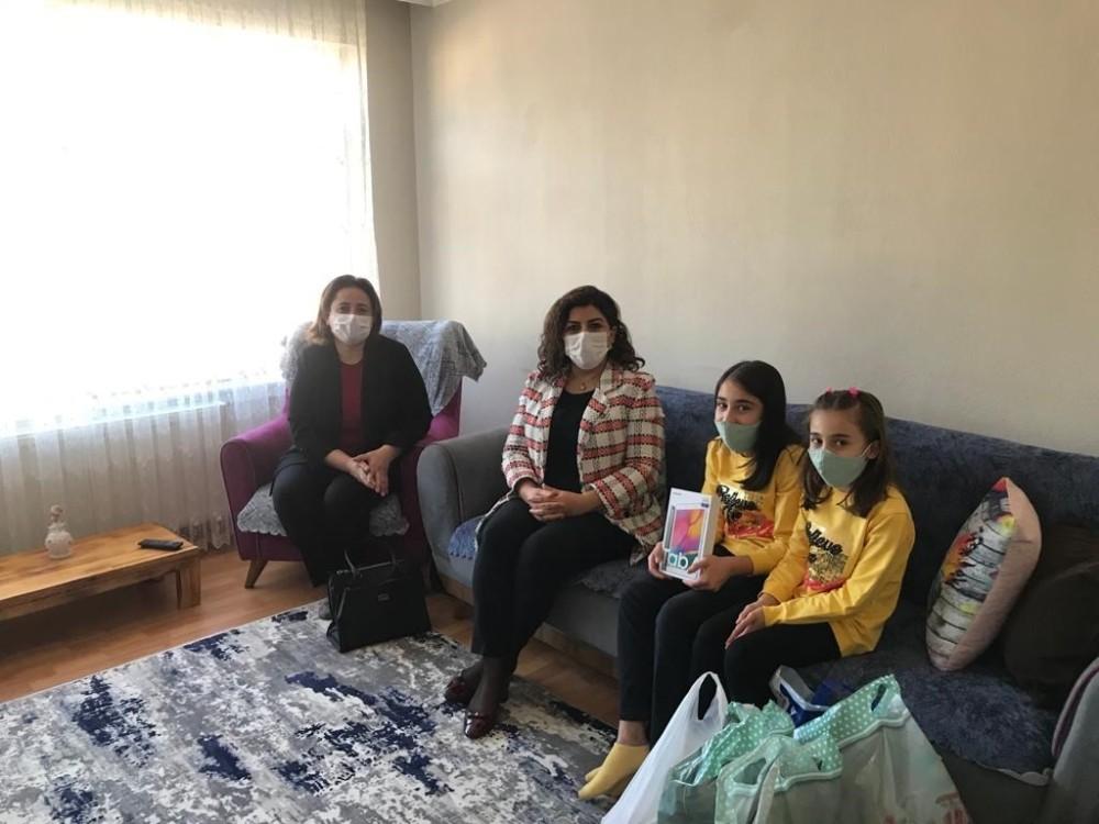 Vali Gürel'in eşi, öğrencileri evlerinde ziyaret ederek tablet hediye ediyor