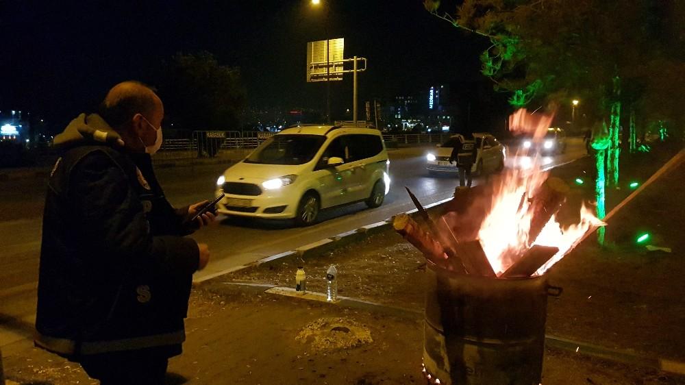 56 saatlik kısıtlamada Polisler varillerle ısınmaya çalıştı