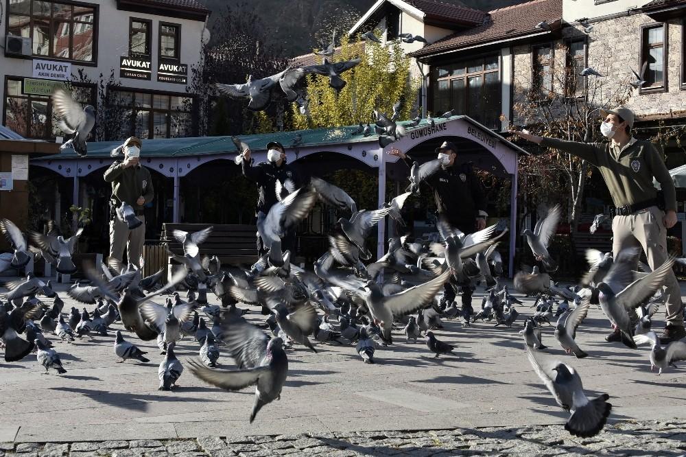 Aç kalan güvercinlerin imdadına polisler yetişti