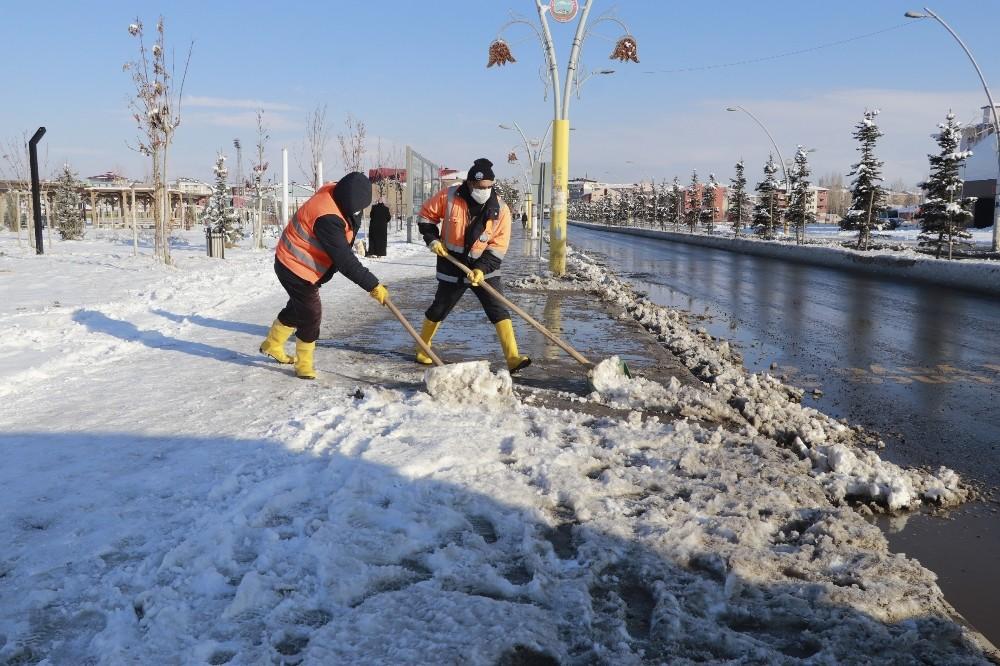 Ağrı Belediyesi kar temizleme çalışmalarına başladı