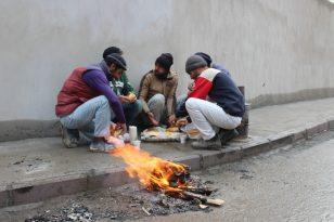 Ağrı'da belediye çalışanları soğuk havalara rağmen çalışmalarına devam ediyor