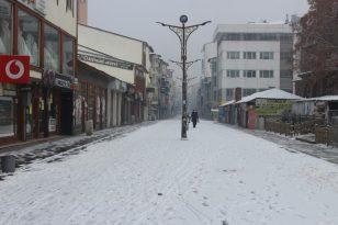 Ağrı'da kar kenti beyaza bürüdü