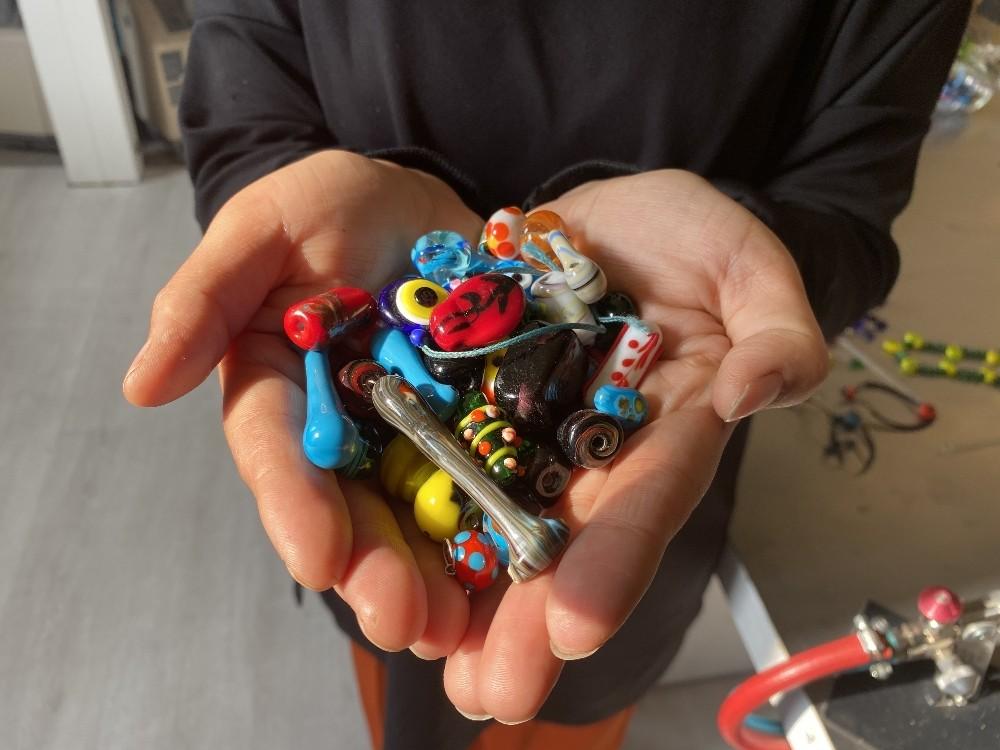 Ağrılı kadınlar atık cam ve şişeleri sanat eserine dönüştürüyor