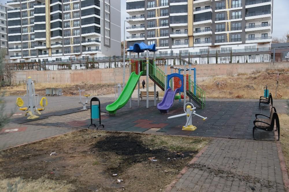Aksaray'da oyun parkının zeminlerini sökerek yaktılar