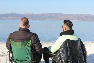 Aralık ayında güneşin tadını Salda Gölü'nde çıkarıyorlar