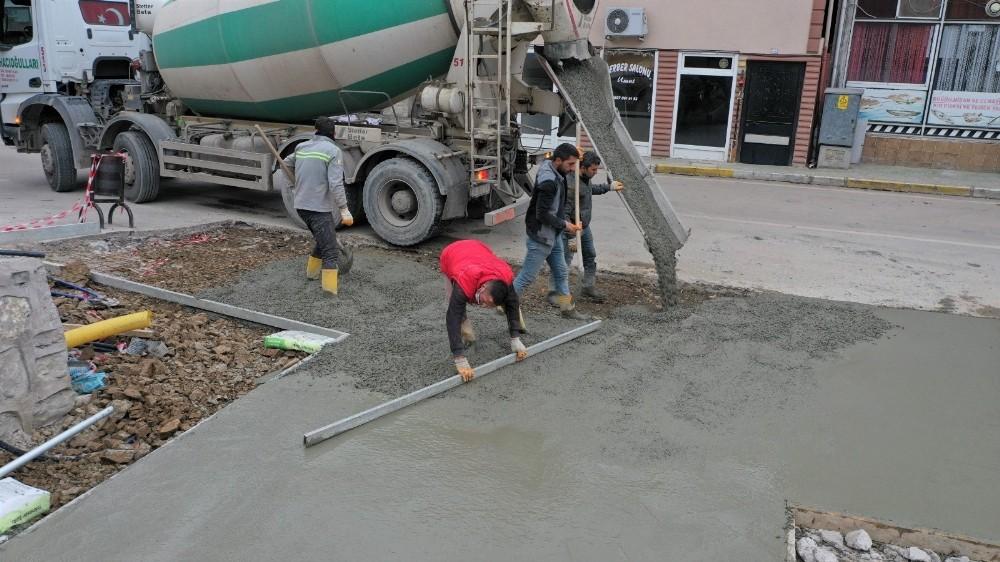 Bahçecik Semt Meydanı'nın zemin betonu atıldı