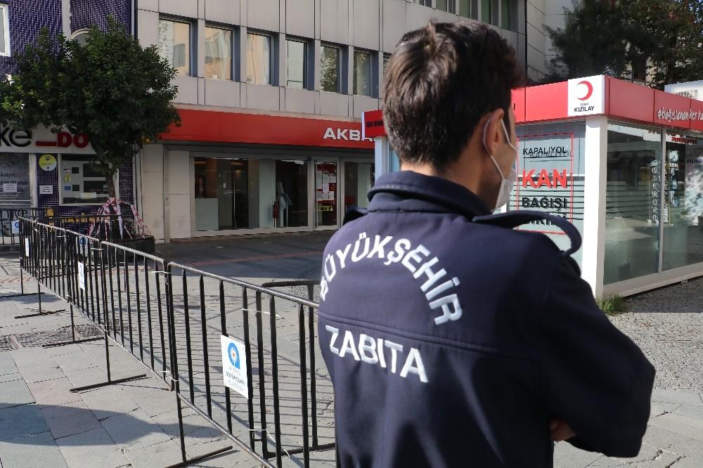 Bankların şeritlerle kapatıldığı o caddeye giriş 3 bin 500 kişiyle sınırlandırıldı