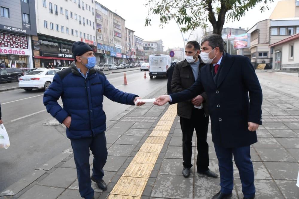 Başkan Asya vatandaşlara maske dağıttı