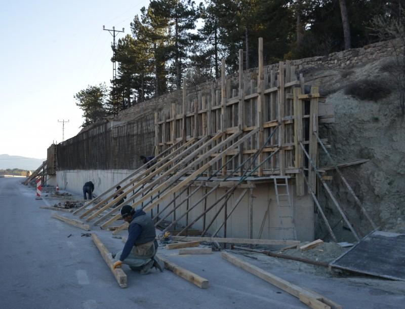 Bölünmüş yol duvarı güçlendirme çalışmaları başladı