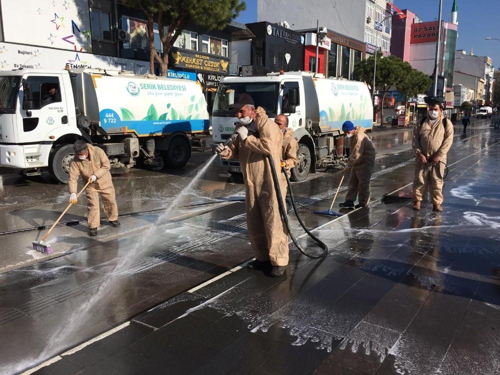 Boş kalan caddeler yıkanarak dezenfekte edildi