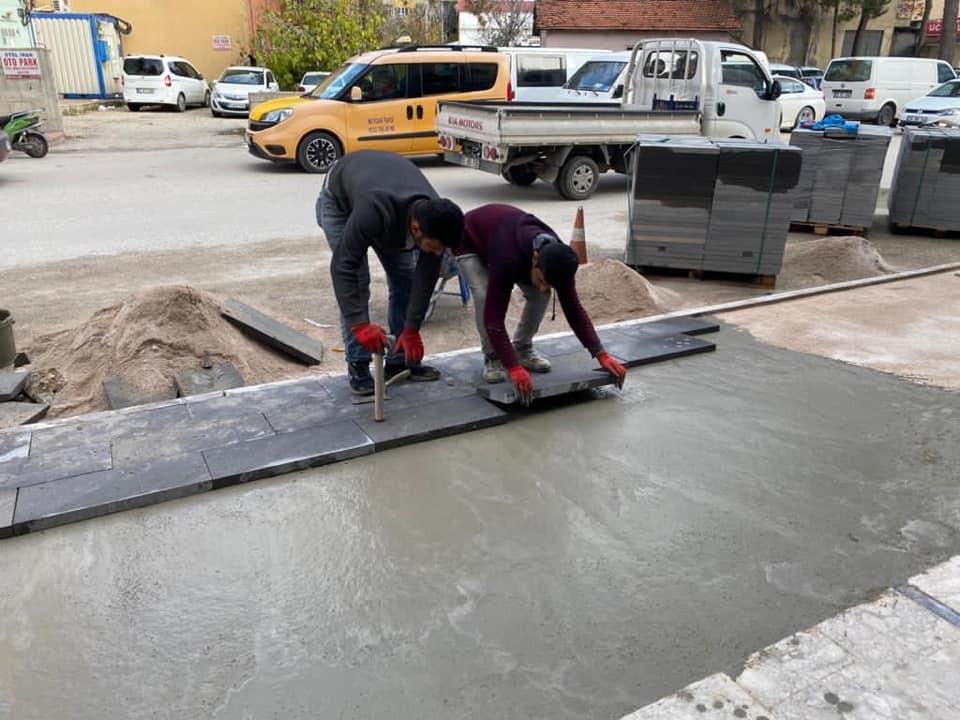 Bucak'ta yıpranan kaldırımlar yenileniyor