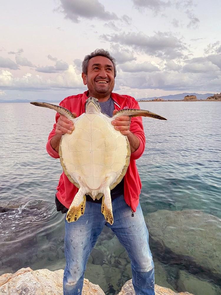 Caretta Caertta deniz kaplumbağasını balıkçılar kurtardı