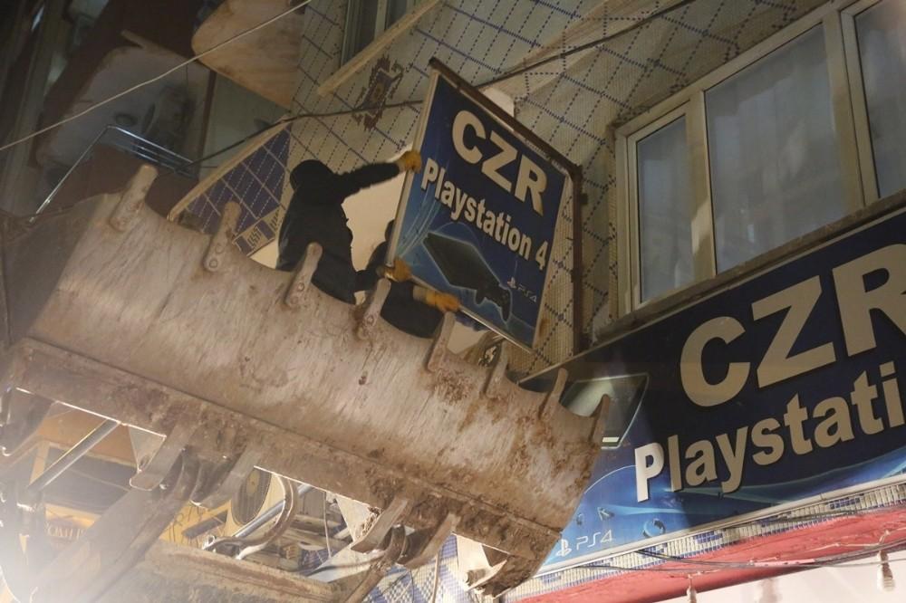 Cizre'de izinsiz asılan tabelalar sökülüyor