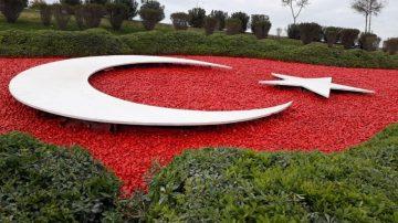 Devlet Bahçeli Kavşağı'ndaki Türk Bayrağı motifi yenilendi