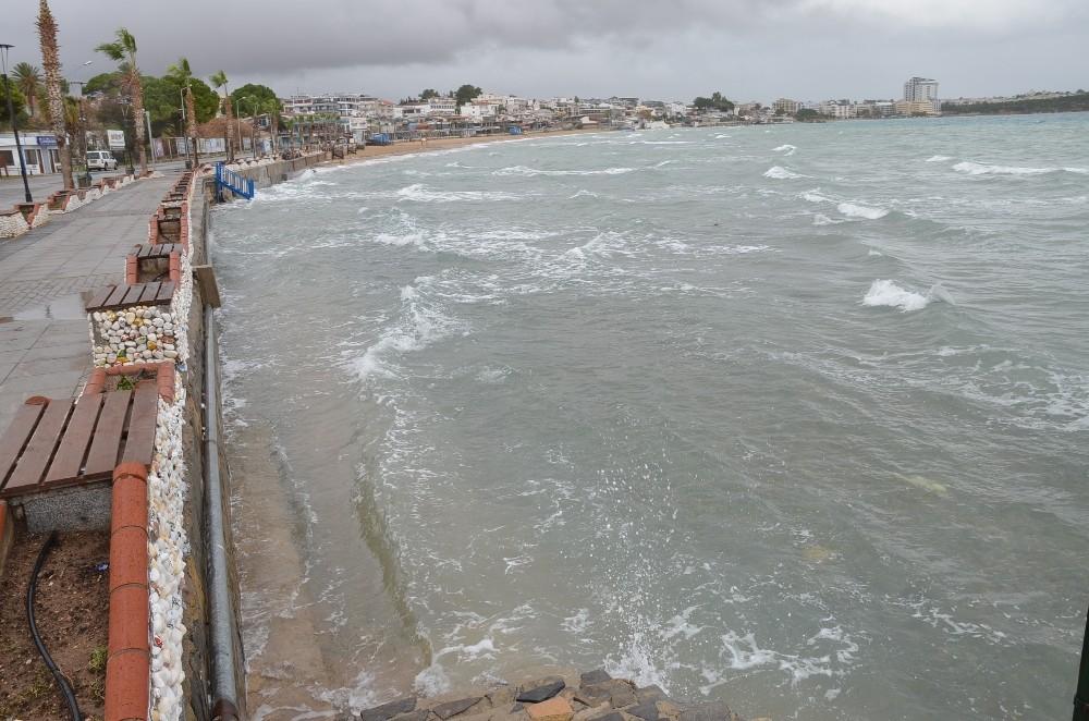 Didim'de şiddetli lodos çatı uçurdu, deniz kabardı