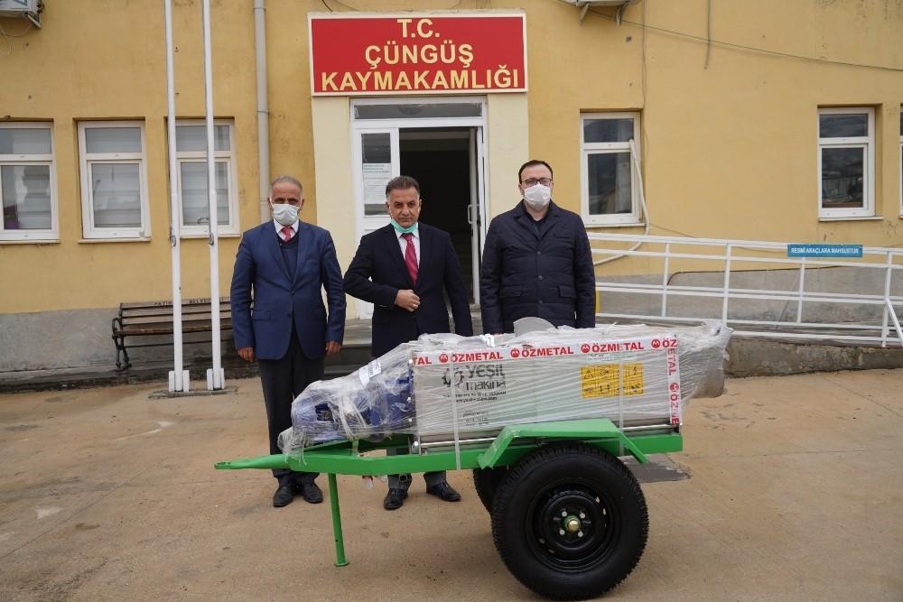 Diyarbakır Büyükşehir Belediyesinden Çüngüş'e üzüm sıkma makinesi hibesi