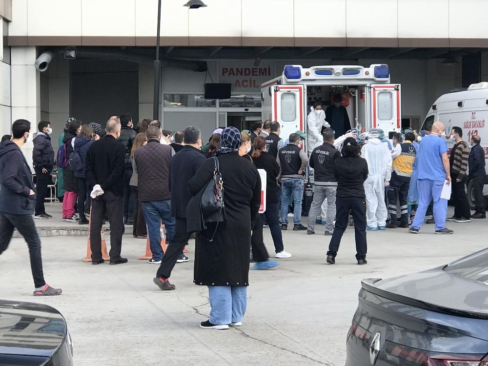 Entübe olan erkek hemşireyi sağlık çalışanı arkadaşları uğurladı
