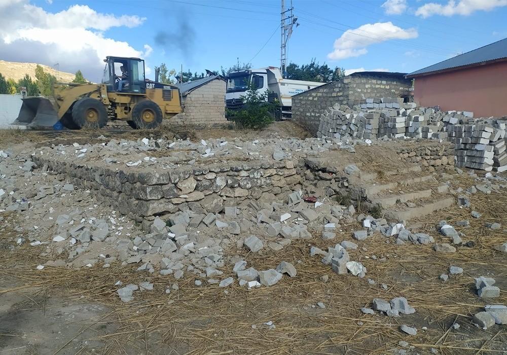 Erciş'teki metruk binaların yıkımı sürüyor