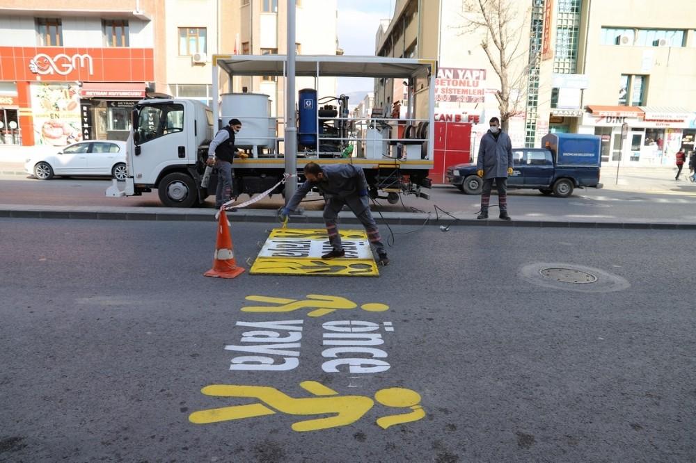 Erzincan'da deforme olan yaya çizgileri boyanarak yenilendi