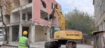 Eski belediye binasının yıkımına başlanıldı