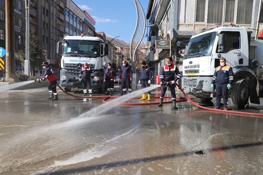 Hakkari'de cadde ve sokaklar dezenfekte edildi