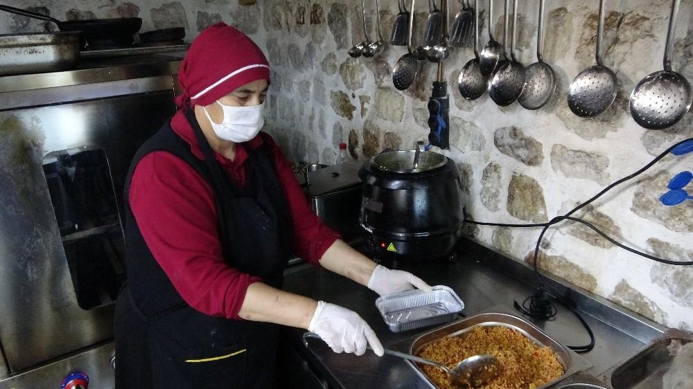 Hatay'da yöresel yemekler, paket servisle evlere ulaştırılıyor