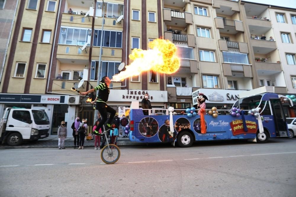 İnegöl'de sokak kısıtlamasını sanat otobüsü renklendiriyor