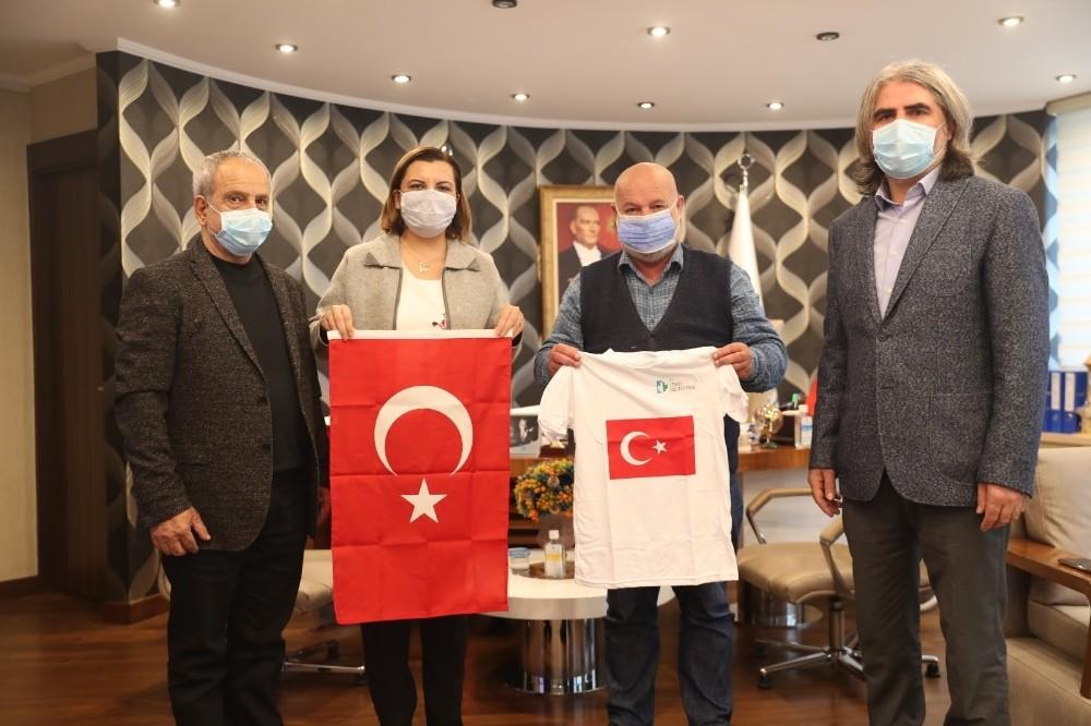 İzmit Belediyesi Güney Türkistan'a 2 bin adet Türk Bayrağı gönderdi