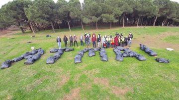 """Maltepe'de ormanda çöp toplayan çevreci vatandaşlardan """"atma"""" mesajı"""