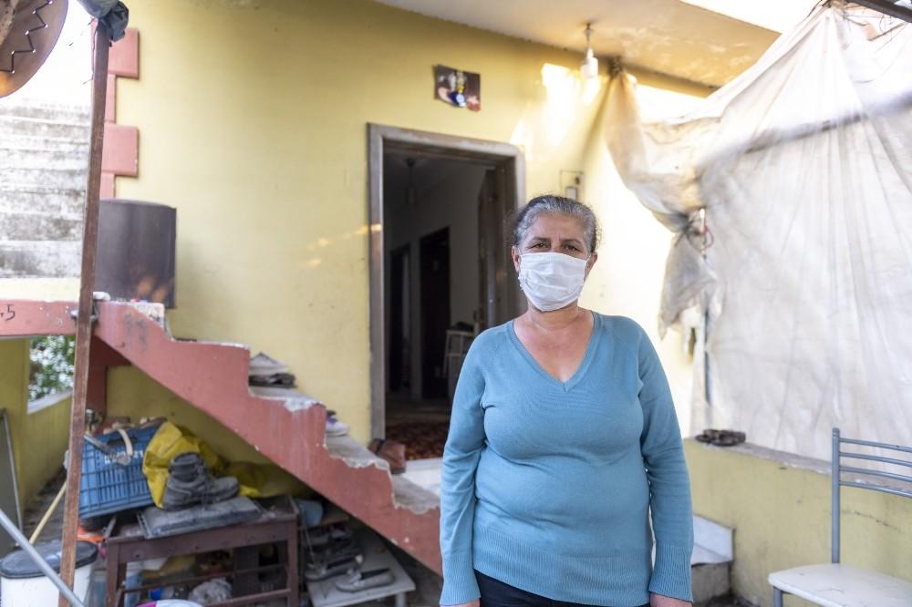 Mersin'de ihtiyaç sahibi kadının evi belediye ekiplerince onarıldı