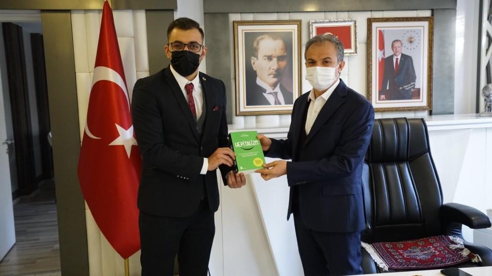 Mikrokredi Başkan Kılıç'a kitap hediye etti