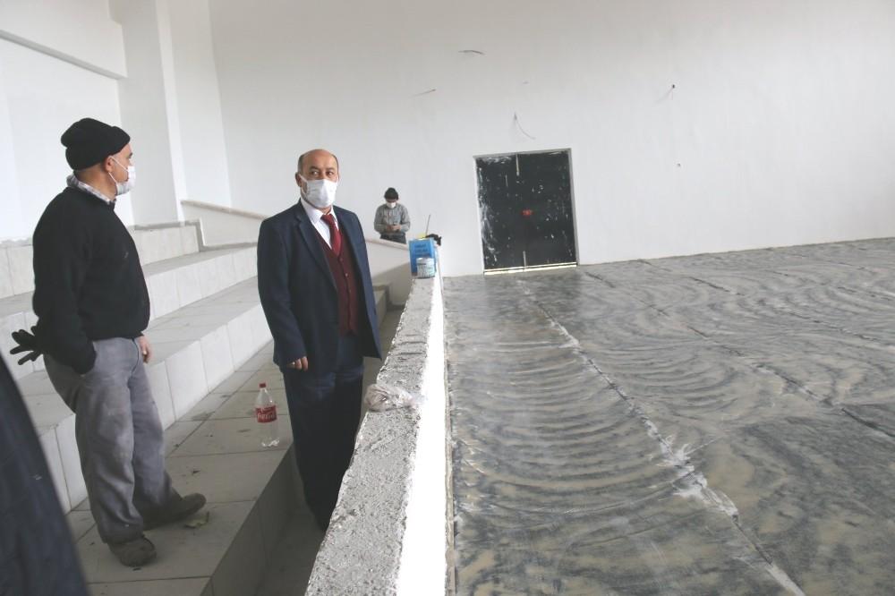 Müdür Başyiğit, Spor Salonu inşaatında incelemelerde bulundu