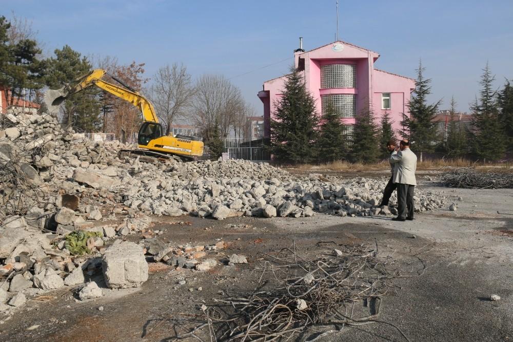 Müdür Başyiğit, yıkımı devam eden okulları inceledi