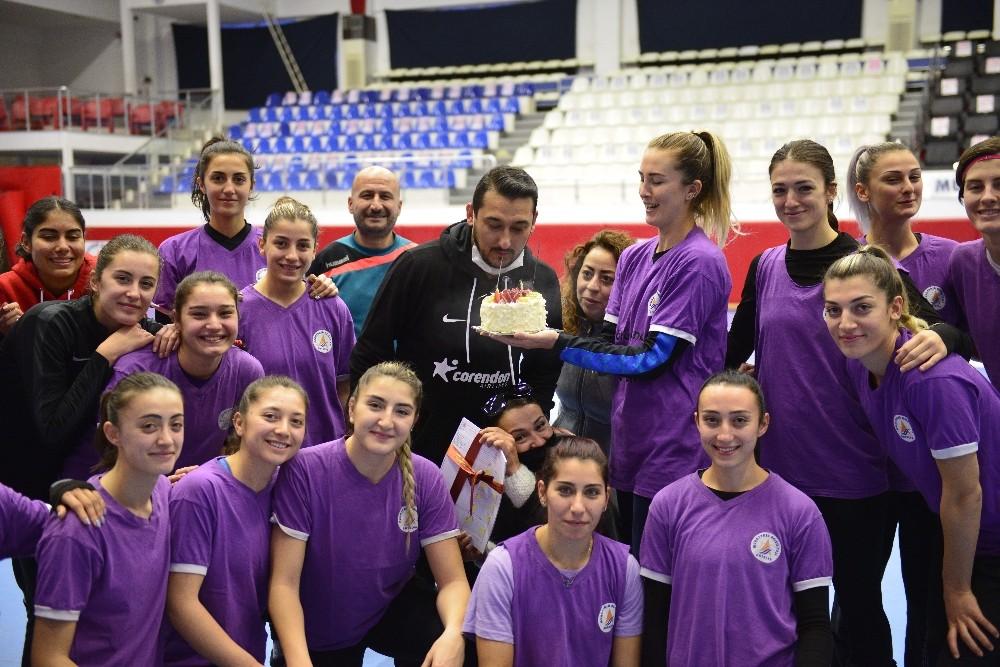 Muratpaşa kadın hentbol takımı, antrenörlerinin doğum gününü kutladı