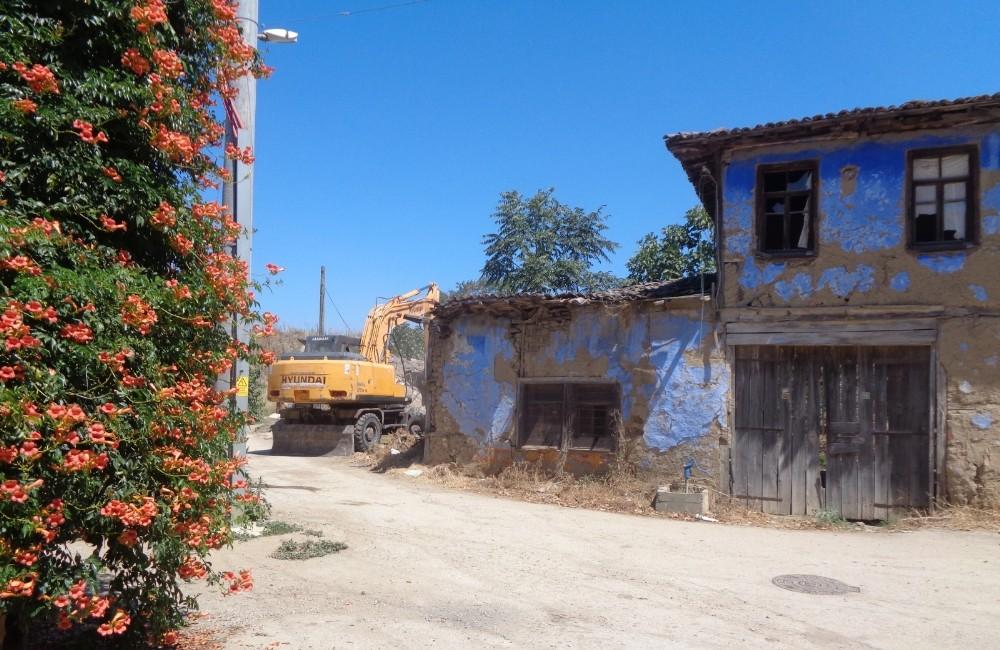 Osmangazi'de tehlike arz eden metruk bina yıkıldı