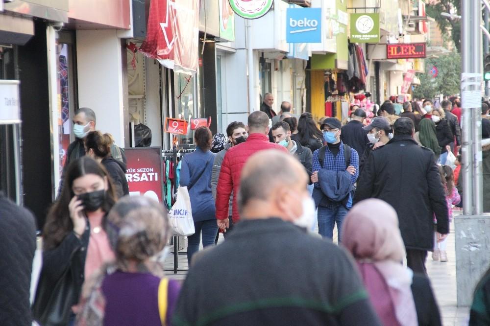Bakan Koca'nın sürekli uyardığı Mersin'de caddeler tıklım tıklım