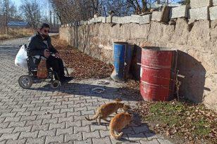 Engelli genç, sokağa çıkma kısıtlamasında sokak hayvanlarını besliyor