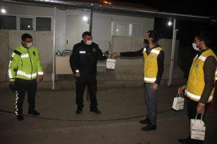 Şanlıurfa'da görevi başındaki polislere tatlı ikramı