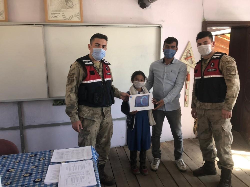 Sarıkamış'ta jandarma öğrencilere tablet dağıttı